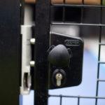 Poorten: detail van een druk-draaiknop