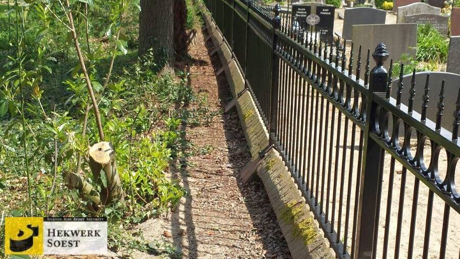 Detail sierhekwerk begraafplaats