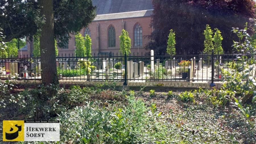 Sierhekwerk om begraafplaats