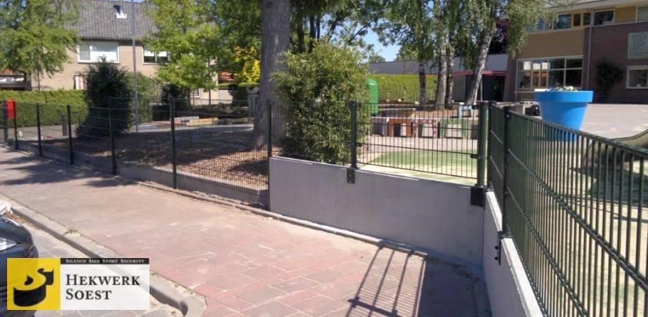 dubbelstaafmat-hekwerk met haakse voetplaat op betonwand - hekwerk soest b.v.