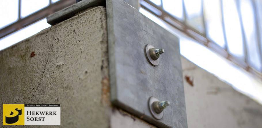 dubbelstaafmat-hekwerk op betonnen muur - hekwerk soest