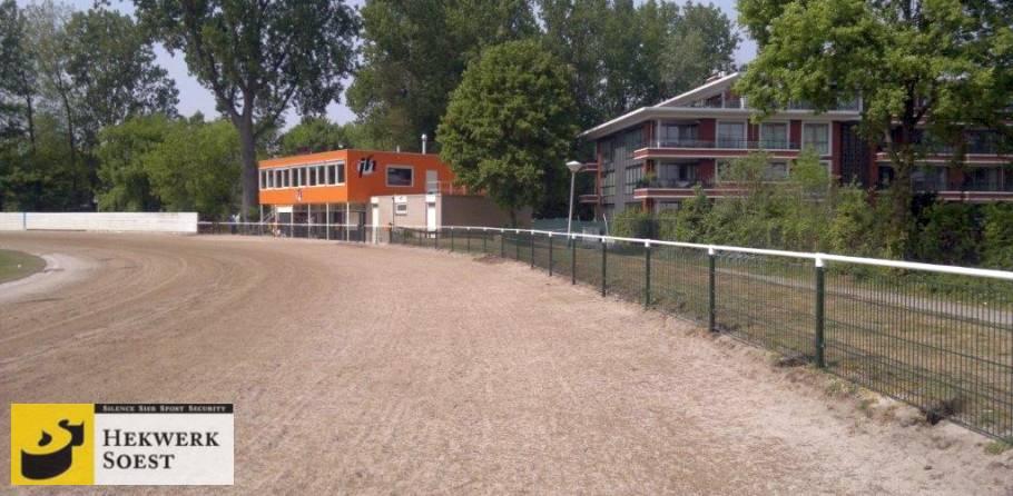 dubbelstaafmat witte leunbuis om drafbaan - hekwerk soest b.v.