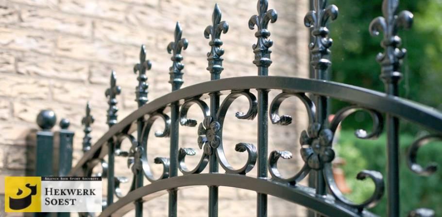 detail gebruik spijlenpunten bij sierpoort hekwerk soest