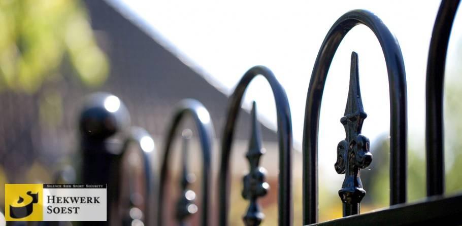 detailfoto sierpoort diepzwarte kleur hekwerk soest
