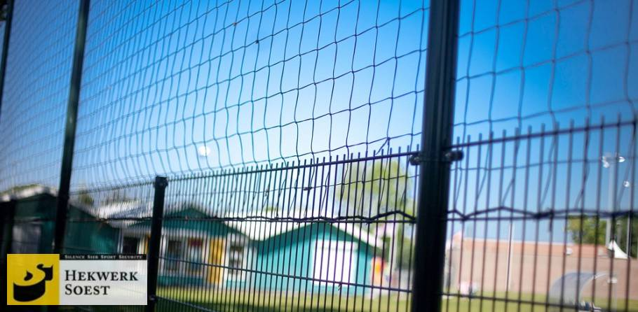 ballenvanger met net bij  voetbalveld - hekwerk soest b.v.