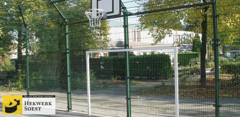 ballenvanger met basketbalbord en voetbaldoel - hekwerk soest b.v.