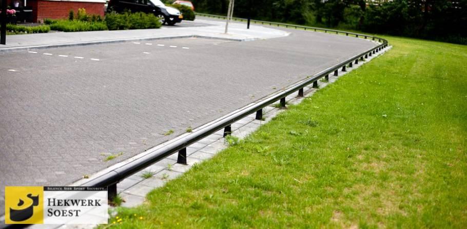overzichtsfoto van anti parkeerbuizen plantsoenhekwerk - hekwerk soest b.v.