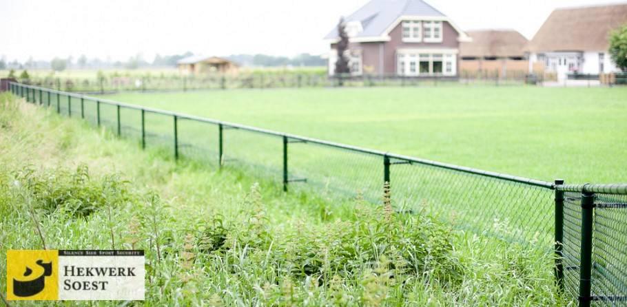 groen gaashekwerk rondom dierweide - hekwerk soest b.v.