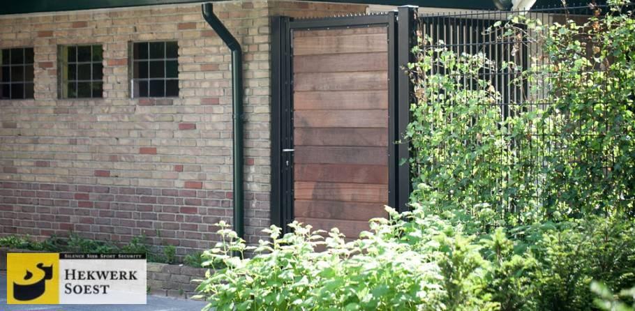 metalen poort hardhouten vulling  - hekwerk soest b.v.