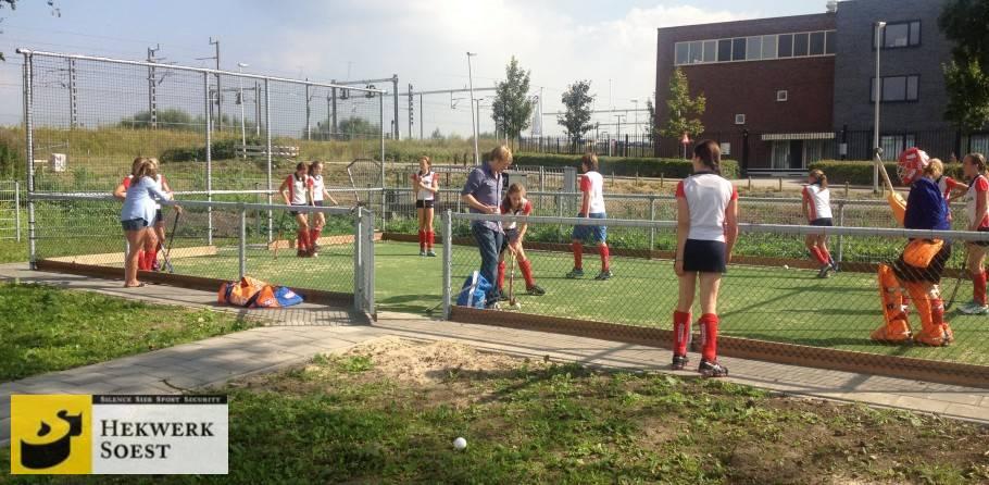 speelveldafscheiding hockeyveld - hekwerk soest b.v.