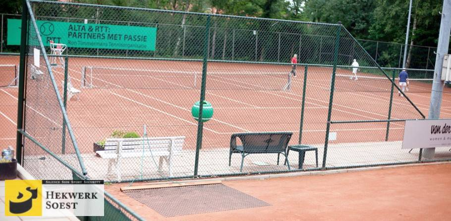 afrastering hekwerk om tennisbaan - hekwerk soest b.v.