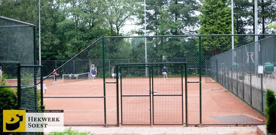 hekwerk om tennisbaan dubbele draaipoort - hekwerk soest b.v.