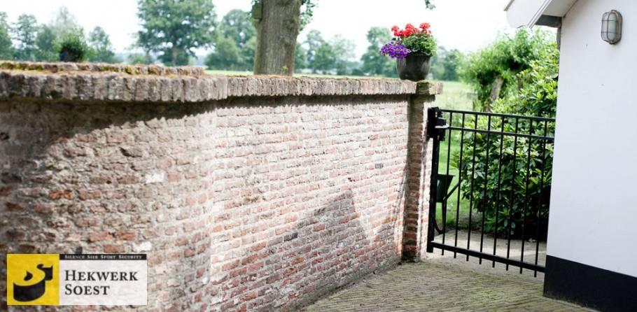 modern sierpoortje bij muurtje - hekwerk soest b.v.