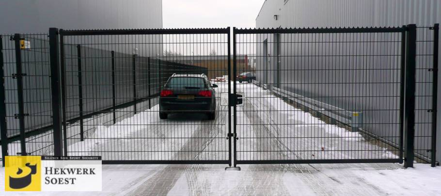 hoog dubbelstaafmat-hekwerk met een poort