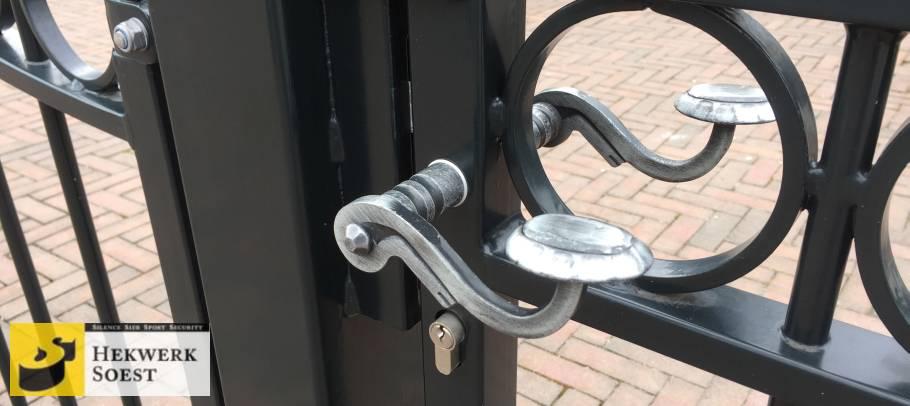 deurkruk in poort 1
