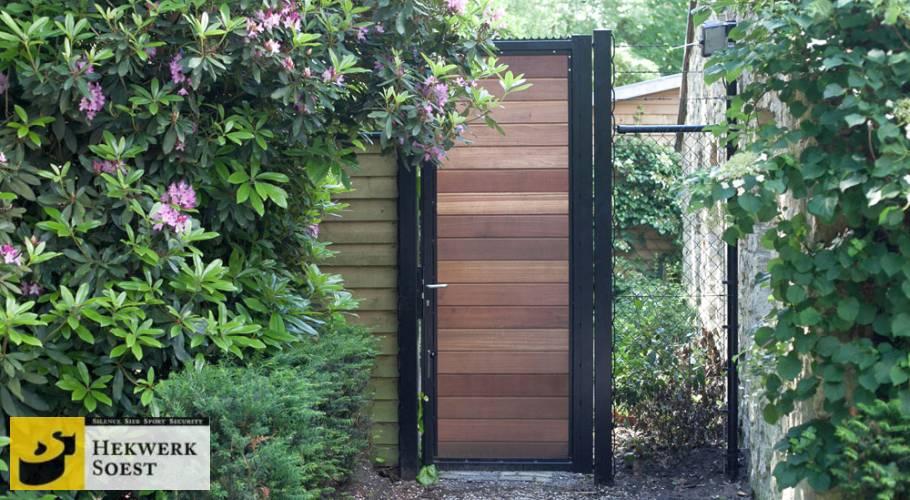 gaashekwerk gecombineerd met poort met hout
