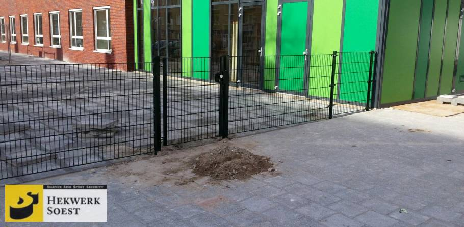 dubbelstaafmat-hekwerk en poort om schoolplein