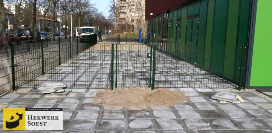 dubbelstaafmat-hekwerk met poort om schoolplein