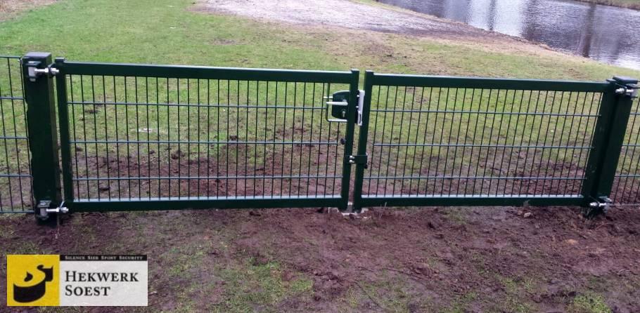 dubbelstaafmat poort bij hondenuitlaatplaats