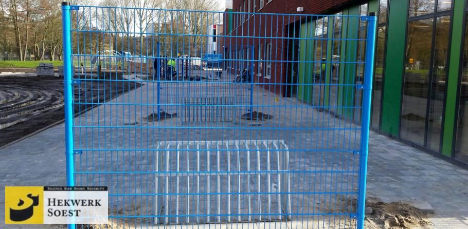 blauwe ballenvanger op schoolplein