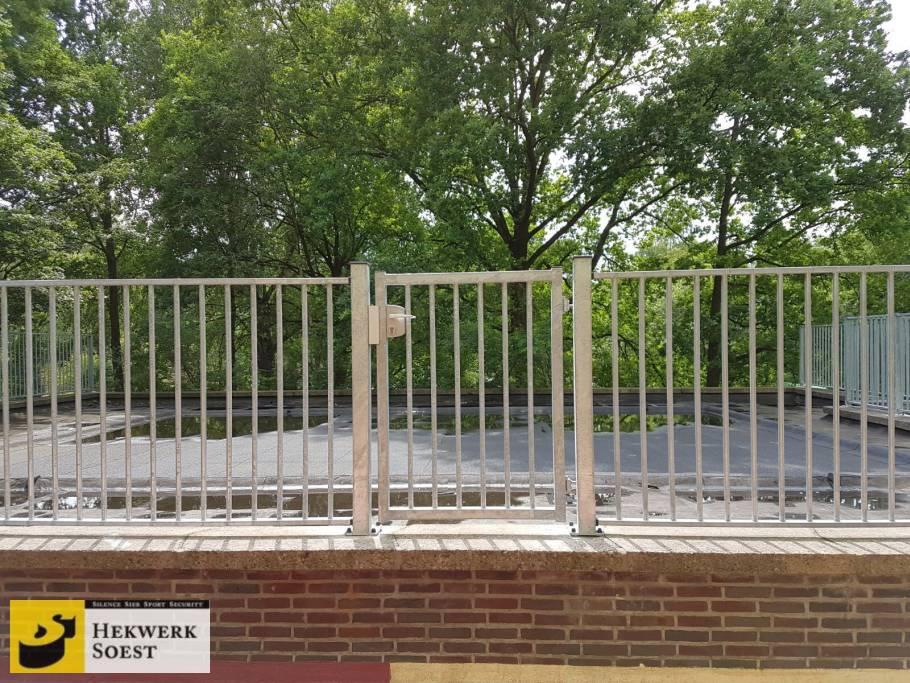spijlenhekwerk op voetplaat met spijlenpoort juni 2017