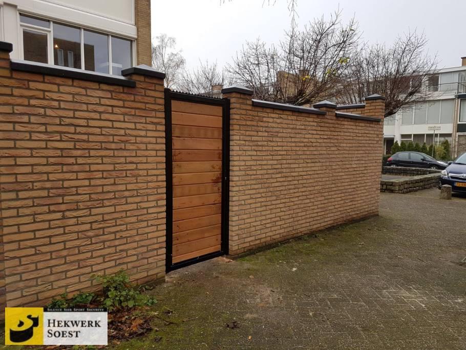 metalen poort houten vulling