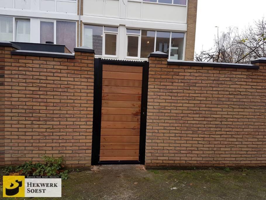 project metalen poort met houten vulling